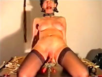Enormous metal clamp bite pussy